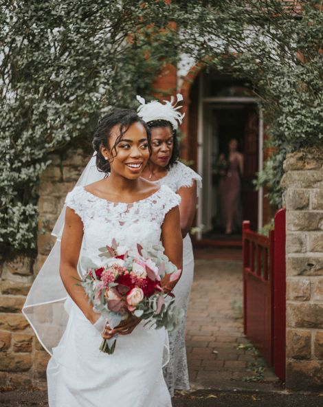 与30位客人的亲密心脏教堂婚礼随后是一个带分支蛋白质的门面招待会