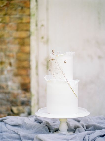 "Stunning Minimalist Wedding Cake | Summer Styling Reimagined | Styling by <a href=""https://www.onestylishday.com"" rel=""noopener"" target=""_blank"">One Stylish Day</a> 