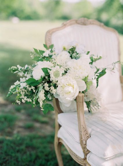 "Elegant White Bouquet | Summer Styling Reimagined | Image via <a href=""https://weddingsparrow.com/article/classic-elegant-white-wedding-ideas/"" rel=""noopener"" target=""_blank"">Wedding Sparrow </a> 
