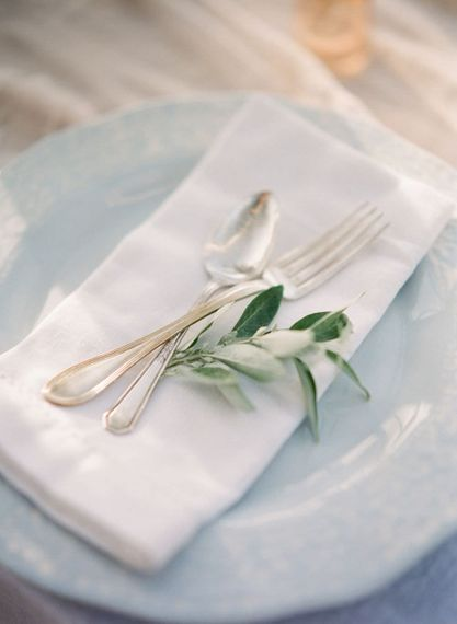 "Simple Place Setting | Summer Styling Reimagined | Image via <a href=""https://weddingsparrow.com"" rel=""noopener"" target=""_blank"">Wedding Sparrow</a> 