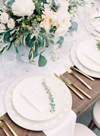 "Beautiful Table Decor | Summer Styling Reimagined | Image via <a href=""https://www.fabmood.com/tulle-wedding-gown-tuscan-inspired-wedding/"" rel=""noopener"" target=""_blank"">Fab Mood</a> 
