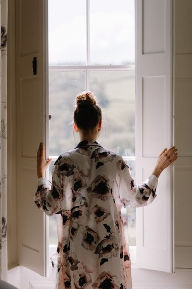 Violet & Wren Silk Robe | Bride Getting Ready | Image by Rebecca Goddard