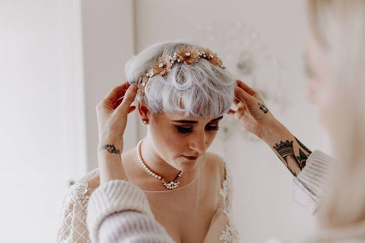 新娘和短头发in gold headdress