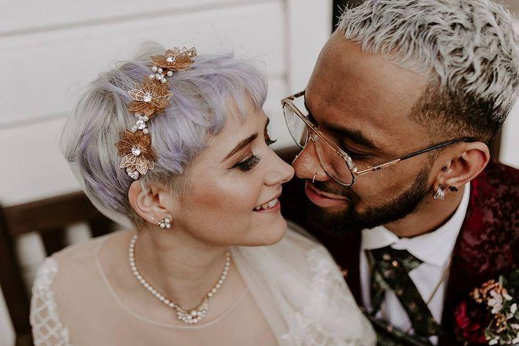 新娘和短头发wearing a gold headdress
