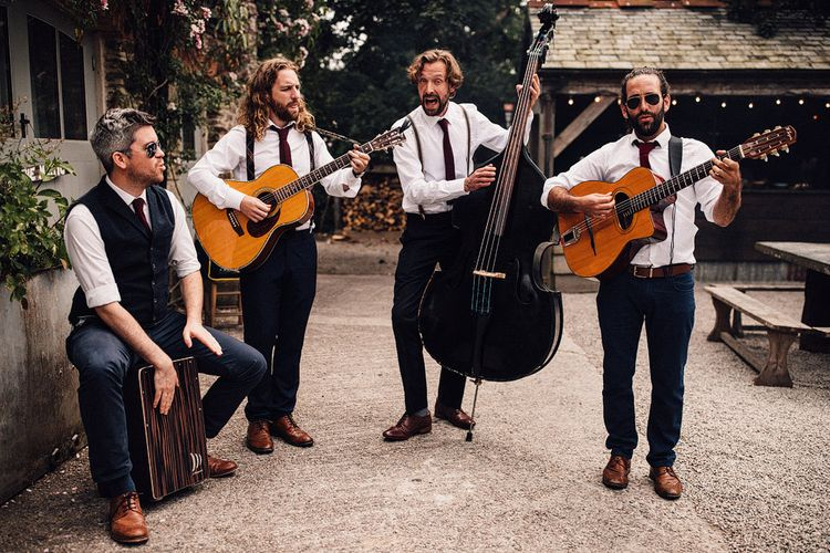 Wandering acoustic band wedding entertainment