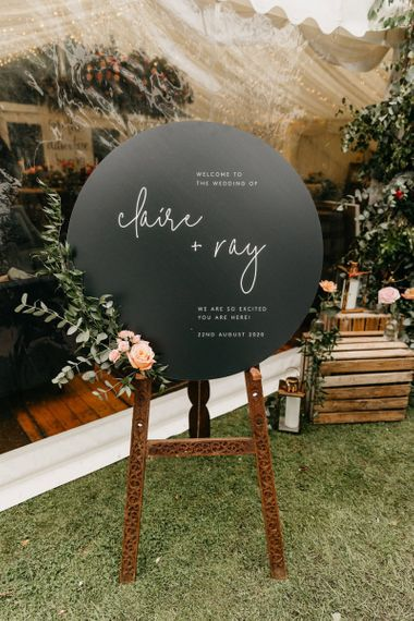 Round black welcome sign