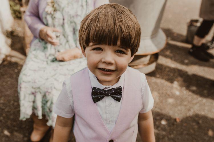 逗人喜爱的孩子在婚礼在bowtie