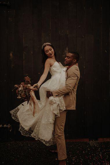 在穿着婚纱的礼服上,穿着新娘穿着婚纱的礼服,在穿着金色的袜子里