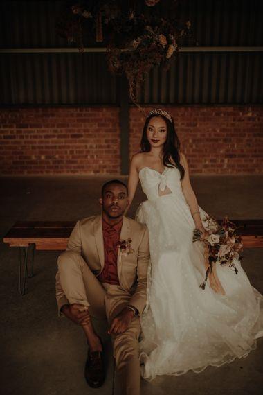 穿着礼服和礼服的新娘穿着礼服,穿着礼服,穿着高跟鞋和穿着高跟鞋的礼服