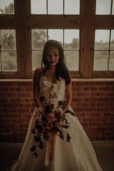 在维多利亚·卡米丹·朱莉的婚礼上,穿着婚纱和新娘的衣服