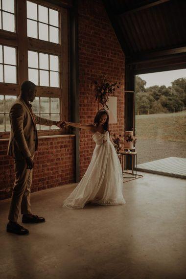 新郎和新娘在亚洲跳舞