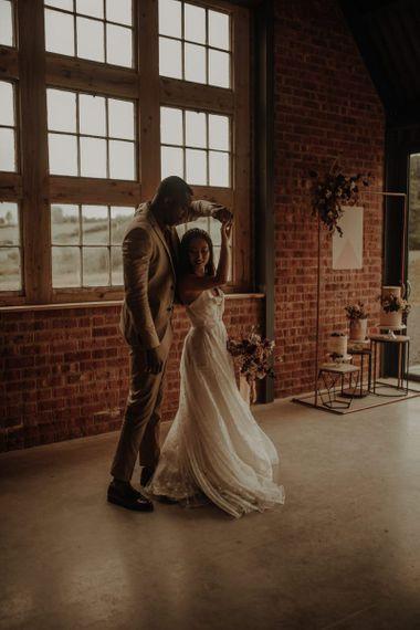 在新娘的婚礼上,她的裙子和新郎一起去了