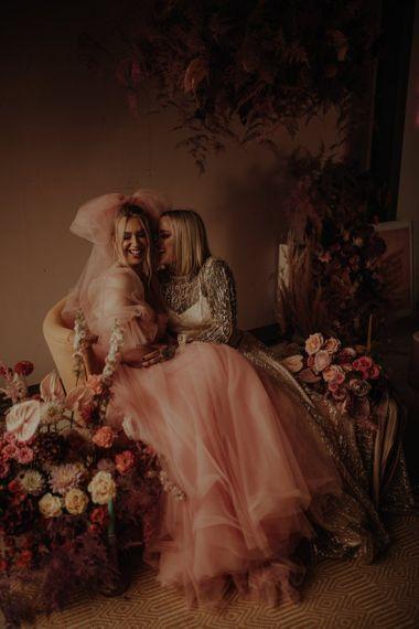 在婚纱上,穿着粉色的睡衣来庆祝