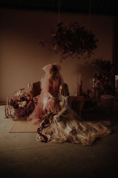 在粉红的裙子上,穿着粉红裙子和新娘的裙子在一起