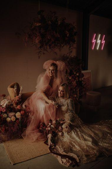 在婚礼上,穿着粉色婚纱和粉色婚纱的裙子