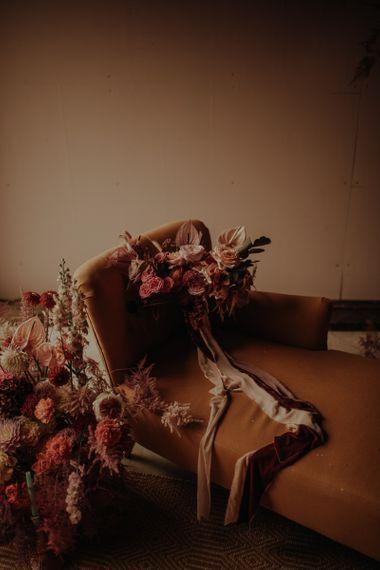 粉色的丝带和浴袍在床上拥抱