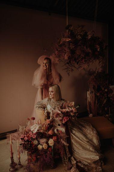 在粉红裙子上的裙子和粉红新娘的裙子上有一双漂亮的鞋子