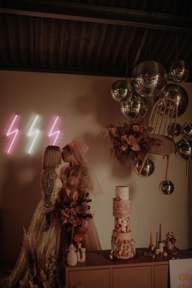 穿着婚纱的礼服,穿着粉色的礼服
