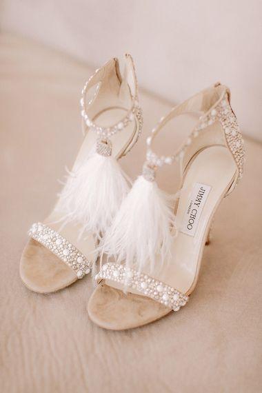 羽毛细节婚礼鞋子与澳大利亚婚纱的esense