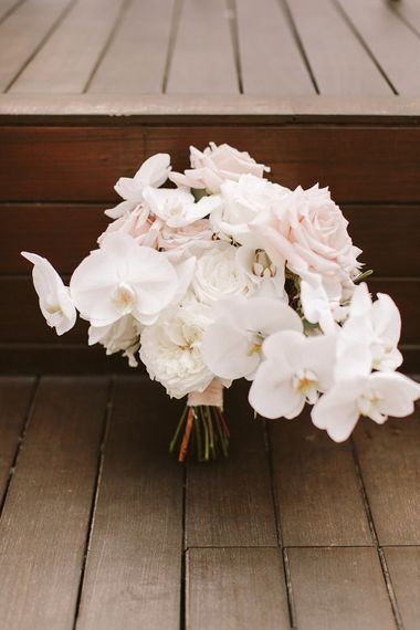 美丽的白色和脸红婚礼花束