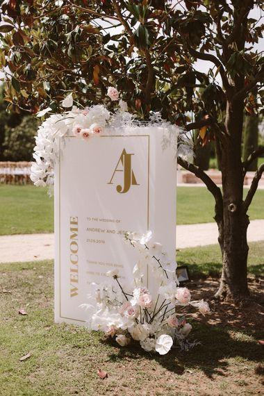 婚礼签到白色与金文本和花装饰