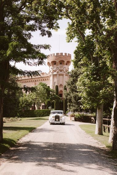 在西班牙地点的白色婚礼汽车