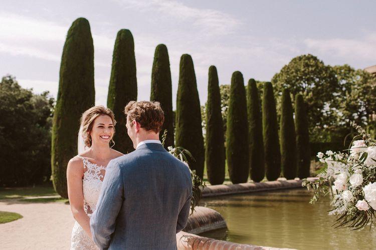 在澳大利亚婚礼礼服的埃斯汀的新娘有在仪式期间的新郎