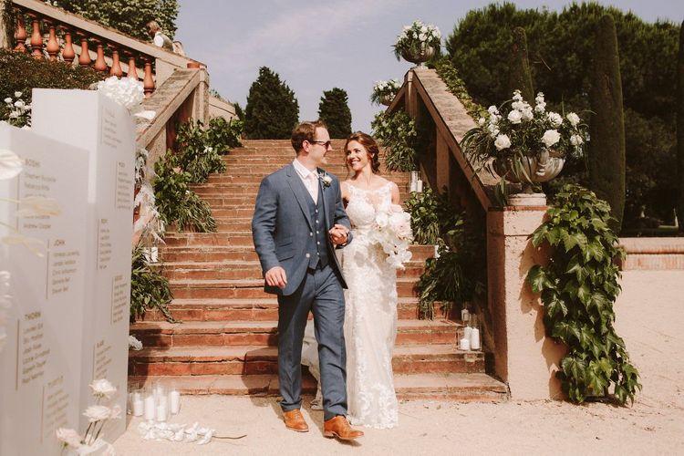 澳大利亚夏天的新娘婚礼礼服与穿蓝色婚礼衣服的新郎