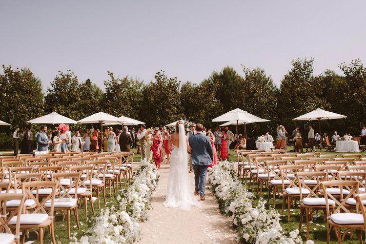 新娘和新郎走路,以满足他们的婚礼客人
