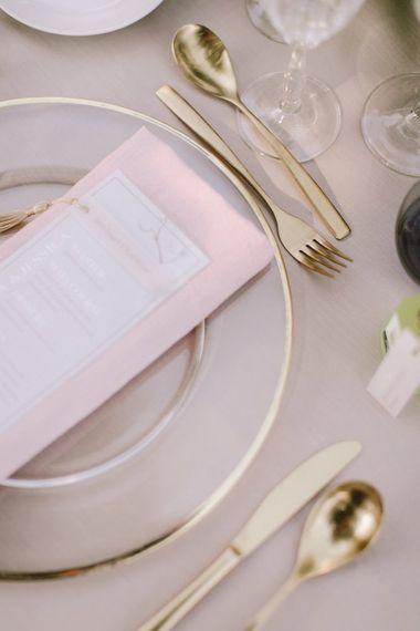 婚礼桌地方设置与桃红色细节和金餐具