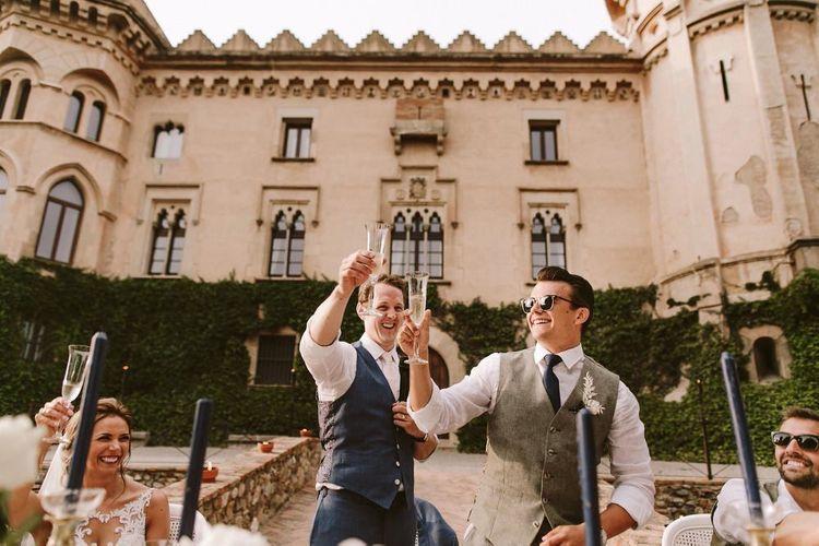 新郎在Castell de SantMarçal外的婚礼演讲期间