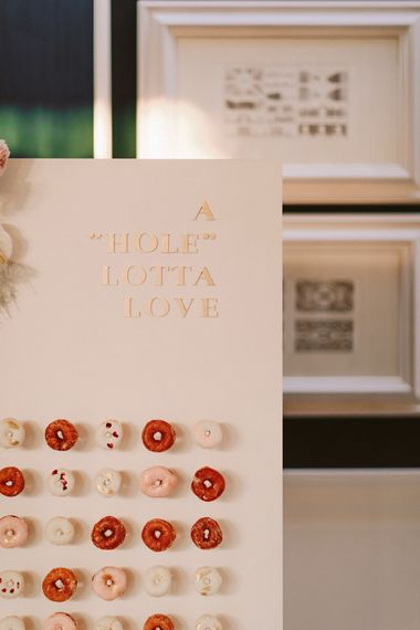 在多福饼墙壁上的婚礼标志庆祝的与澳大利亚婚礼礼服的鹭