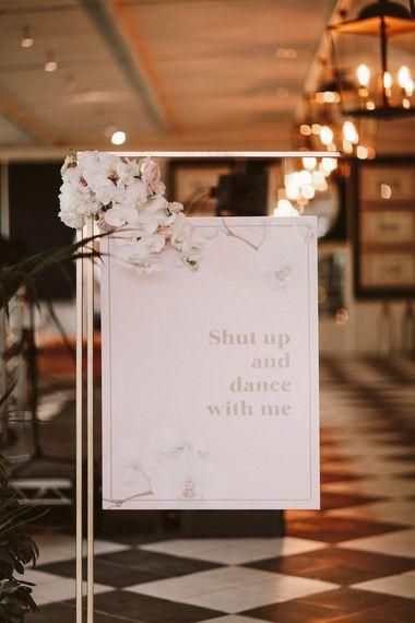 与花装饰的婚礼标志