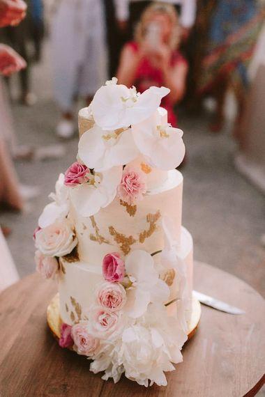 美丽的婚宴喜饼在白色和粉红色与花装饰