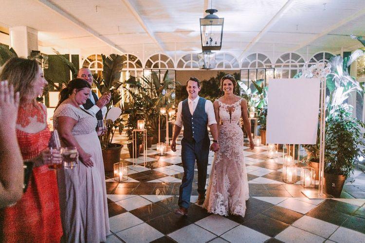 澳大利亚夏天的新娘婚纱礼服与新郎进行入口