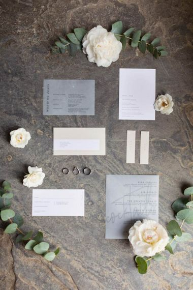 婚礼文具和白色花卉装饰在夏天庆祝