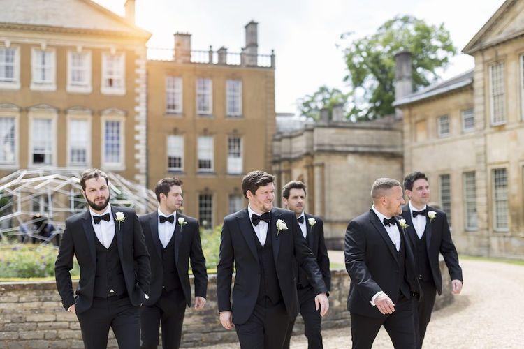 新郎和他的新郎在Aynhoe公园婚礼穿着黑色领带