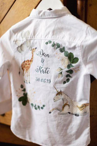 个性化的页面男孩衬衫与花卉和动物装饰