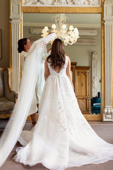 新娘穿着Zuhair Murad连衣裙和声明面纱