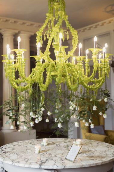 与白玫瑰装饰的声明枝形吊灯