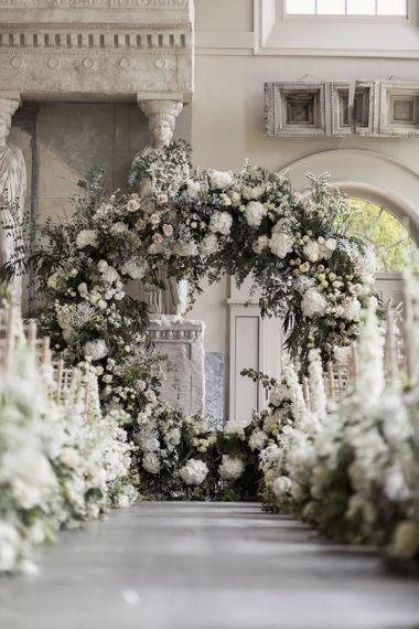 美丽的白色花卉走廊装饰