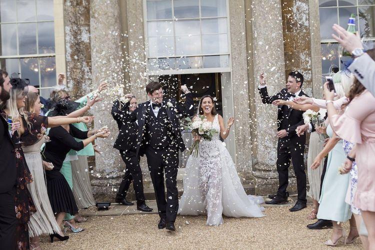 五彩纸屑拍摄为新娘和新郎射击在夏天婚礼