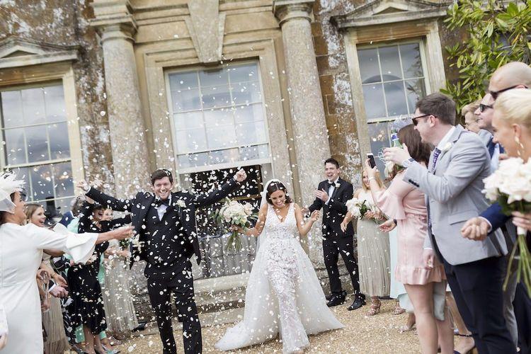 新娘和新郎在Aynhoe Park穿着Zuhair Murad连衣裙领带结