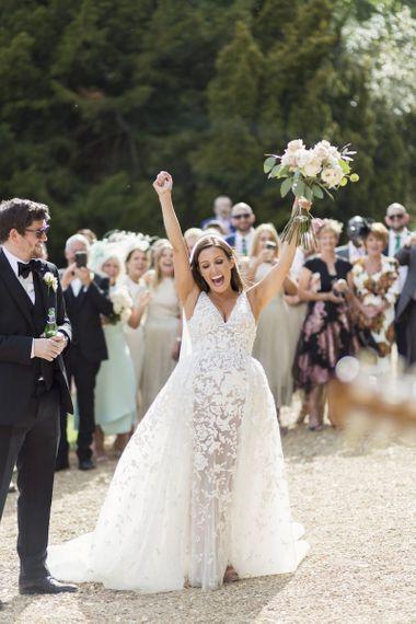穿着令人惊叹的Zuhair Murad连衣裙的新娘与系带细节