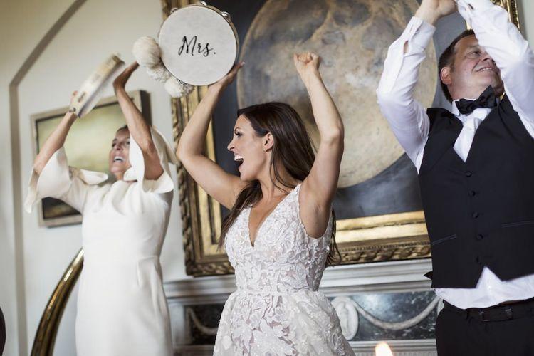 新娘和新郎庆祝他们的个性化手鼓