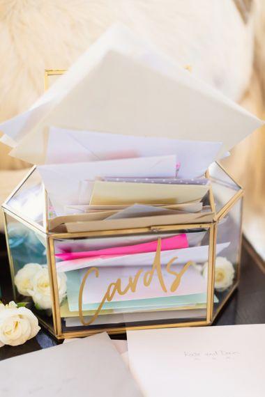 有遮罩金子细节和字法的玻璃卡片箱子