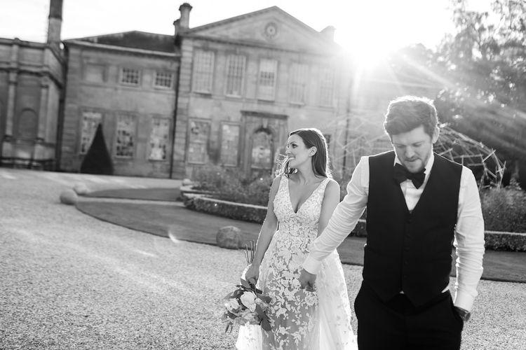 新娘和新郎窃取了新娘穿着Zuhair Murad连衣裙的时刻