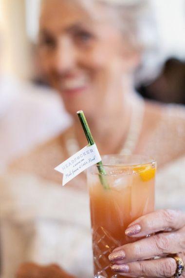 客人享受着个性化稻草的鸡尾酒