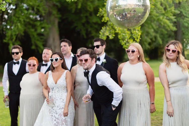 新娘和新郎与他们最亲密的朋友和家人庆祝