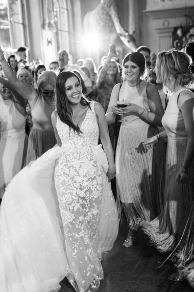 新娘看着她的Zuhair Murad连衣裙,带有系带细节和薄纱裙